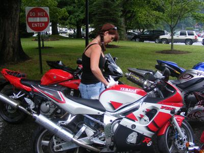 1999 Yamaha R6 w red, white and black paint color scheme