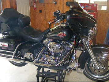2007 Harley Davidson FLHTCU Ultra Classic w Black and chrome paint color scheme.