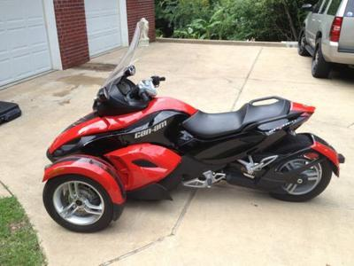 2009 CanAm Spyder with burgundy red and black paint color combination